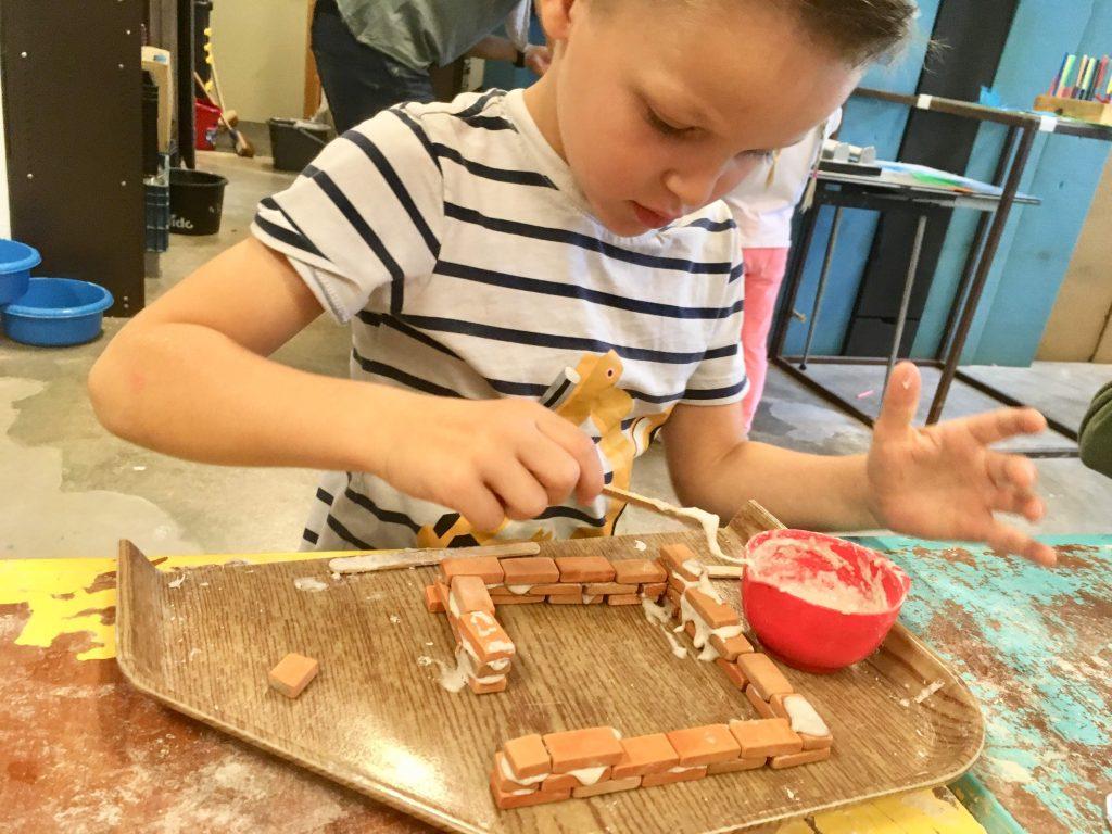 Zelf huisjes metselen bij de speelfabriek